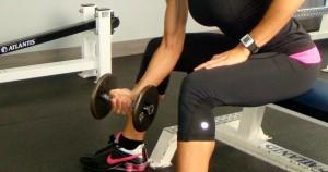 curl de bíceps concentrado con mancuerna