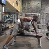 Fortalece tus dorsales con el remo con mancuerna