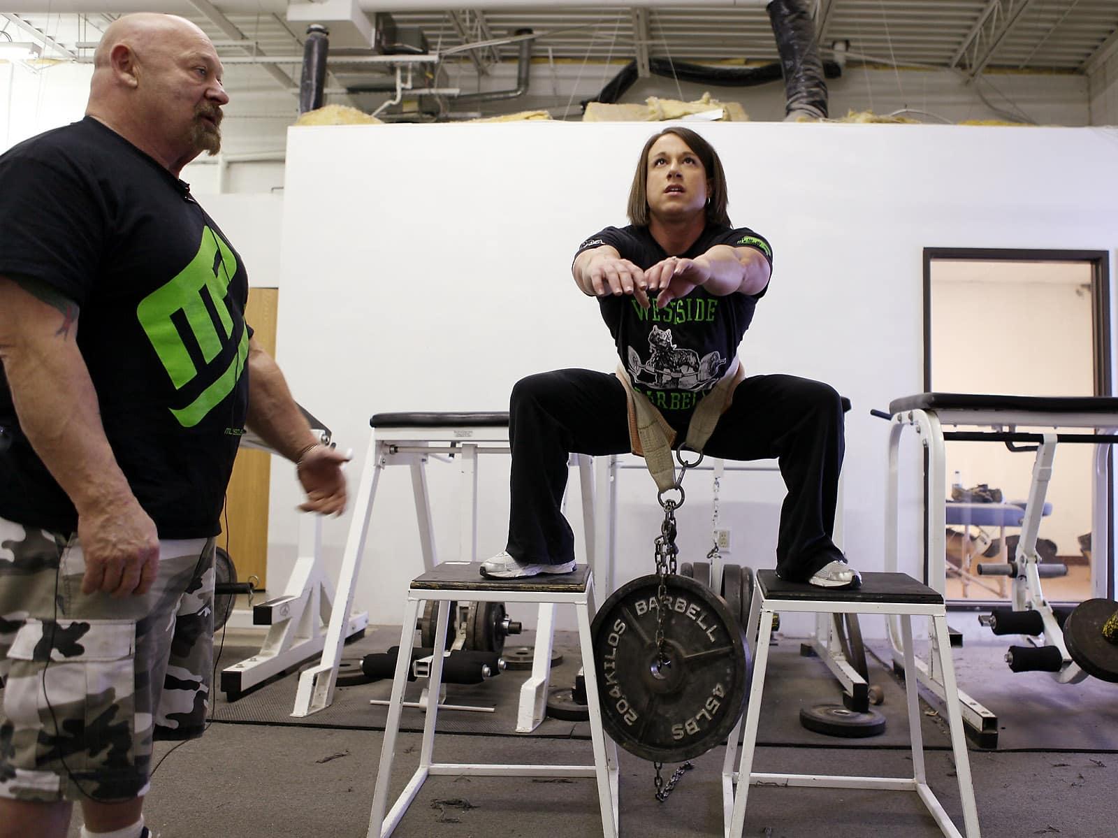 how to put on a squat belt