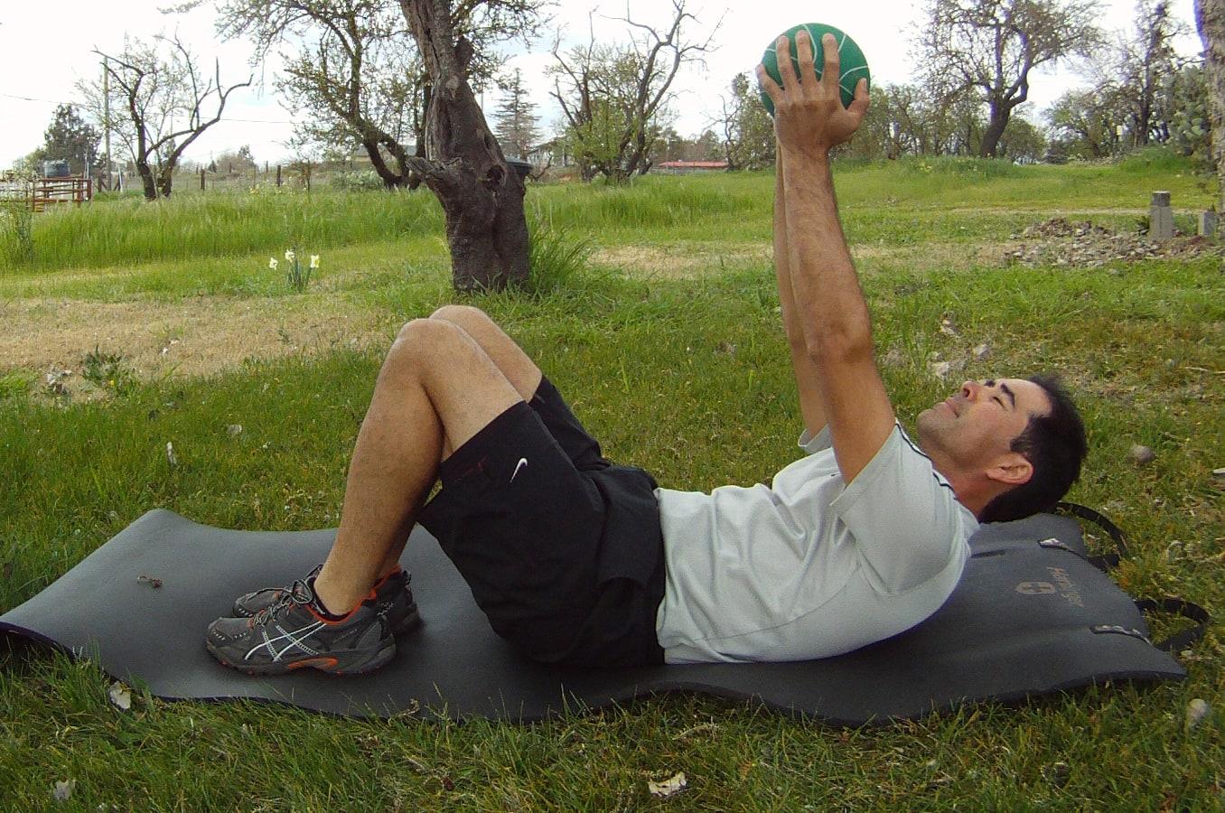 Crunch abdominal con balón medicinal