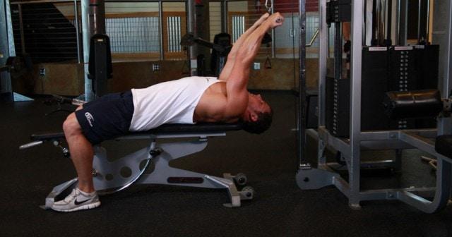Curl de bíceps tumbado con polea