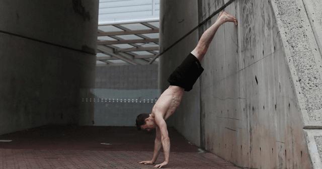 Flexiones con pies apoyados en la pared