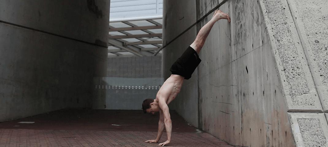 Flexiones con pies apoyados en la pared ejercicios en casa - Como mantener los pies calentitos ...