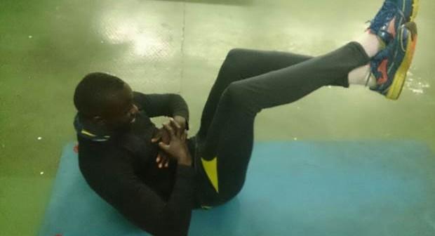 crunch de recto interno con piernas elevadas