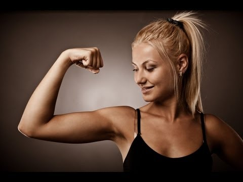 chica con brazos fuertes